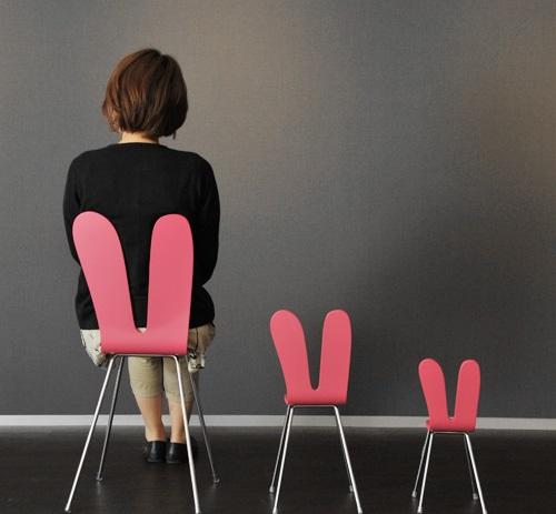 Chiếc ghế uốn cong hình tai thỏ bằng chất liệu gỗ ván ép dán laminate với kiểu dáng rất đáng yêu